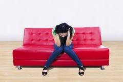 Ein Bild der Druckfrau auf Sofa zu Hause Stockbild