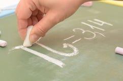 Ein Bild der PU-Zahl auf der Schulbehörde mit Kreide lizenzfreie stockfotos