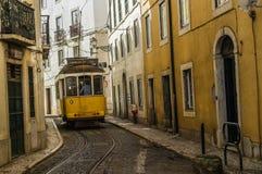 Ein Bild der Retro- Tram in der schmalen Straße von Lissabon, Portugal Lizenzfreie Stockfotos
