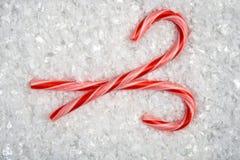Ein Bild der Weihnachtsverzierungen im Schnee Stockbild
