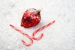 Ein Bild der Weihnachtsverzierungen im Schnee Lizenzfreie Stockfotografie