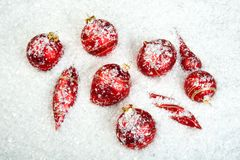 Ein Bild der Weihnachtsverzierungen im Schnee Lizenzfreie Stockbilder
