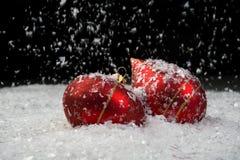 Ein Bild der Weihnachtsverzierungen im Schnee Stockbilder