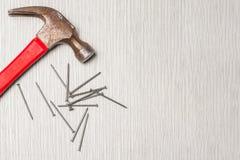 Ein Bild des Hammers und der Nägel auf Holztisch stockbilder
