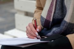 Ein Bild einer Hand und des Stiftes, die ein Formular ausfüllen lizenzfreies stockbild
