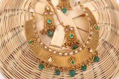 Ein Bild einer weiblichen Schmuckkette mit Steinen Für die Mädchen und Frauen, die Ohrringe, mangtika und Halskette zusammenbring stockbild