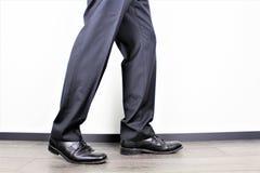 Ein Bild eines Geschäftsmannes mit einem Koffer lizenzfreie stockfotos