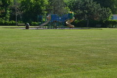 Ein Bild eines Spielplatzes und des Basketballplatzes Stockfotografie