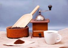 Ein Bild eines Tasse Kaffees, des Schleifers und des Kaffeefilters Stockfoto