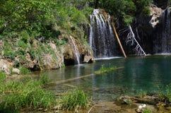 Ein Bild eines Wasserfalls und des Sees Stockfotos