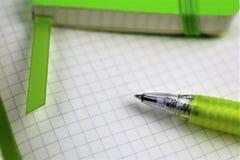 Ein Bild eines Weißbuchblockes mit einem Stift- und Kopienraum Lizenzfreies Stockfoto