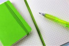 Ein Bild eines Weißbuchblockes mit einem Stift- und Kopienraum Lizenzfreie Stockfotos