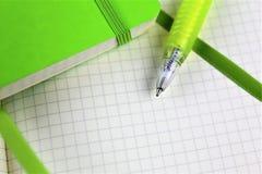 Ein Bild eines Weißbuchblockes mit einem Stift- und Kopienraum Lizenzfreie Stockbilder