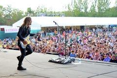 Ein Bild von der Bühne hinter dem Vorhang des Gitarristen des Bandes von Schädeln Lizenzfreie Stockfotografie