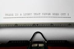 Ein Bild von ` dort ist ein Licht, das nie das ` erlischt, das auf eine Schreibmaschine - nahes hohes geschrieben wird Stockfotos