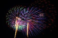 Ein Bild von explodierenden Feuerwerken nachts Stockbilder