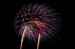 Ein Bild von explodierenden Feuerwerken nachts Stockfoto