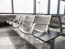 Ein Bild von neuen Bänke am Flughafen Stockfotografie
