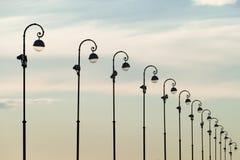 Ein Bild von Straßenlaterne auf blauem Himmel Lizenzfreie Stockbilder
