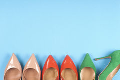 Ein Bild von verschiedenen Schuhen, Schuss einiger Arten Schuhe, einige Designe von Frauenschuhen Lederner Schuh Stapel von versc Stockbilder