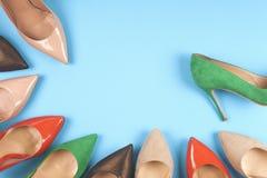 Ein Bild von verschiedenen Schuhen, Schuss einiger Arten Schuhe, einige Designe von Frauenschuhen Lederner Schuh Stapel von versc Lizenzfreie Stockfotos