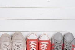 Ein Bild von verschiedenen Schuhen, Schuss einiger Arten Schuhe, einige Designe von Frauenschuhen Lederschuh, Sport-Schuh Stapel  Lizenzfreie Stockfotos