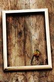 Ein Bilderrahmen auf einem alten hölzernen Brett Lizenzfreie Stockfotos