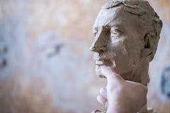 Ein Bildhauer sculpts eine Skulptur eines Person ` s Gesichtes Horizontaler Rahmen Stockbilder