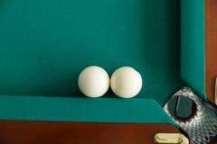 Ein Billardtisch Beschneidungspfad eingeschlossen Der Ball rollt in die Tasche lizenzfreies stockfoto
