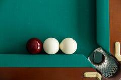 Ein Billardtisch Beschneidungspfad eingeschlossen Der Ball rollt in die Tasche lizenzfreie stockfotografie
