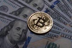 Ein Bitcoin auf hundert Dollarscheinen Stockbilder