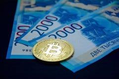 Ein bitcoin auf neuem Russen 2000 Rubel Banknoten stockbild