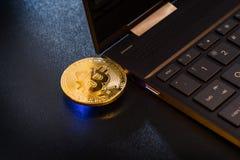 Ein Bitcoin-Daumen-Antrieb verstopfte in Fenster Laptop Lizenzfreies Stockbild