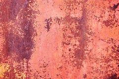 Ein Blatt des alten rostigen Metalls gemalt mit roter gebrochener Farbe entziehen Sie Hintergrund Metallischer Hintergrund Stockfotos