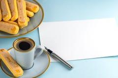 Ein Blatt des Wei?buches ist auf einem blauen Hintergrund mit einem Tintenstift leer Kopieren Sie Platz stockfoto