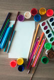 Ein Blatt Papier, Bleistifte und Farben Stockbild