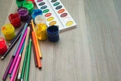 Ein Blatt Papier, Bleistifte und Farben Stockfoto