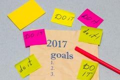 Ein Blatt Papier mit einer Liste von Zielen für 2017, mit sticke Lizenzfreie Stockfotos