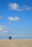 Ein blauer freier Himmel mit Strand und Ozean lizenzfreies stockfoto