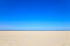 Ein blauer freier Himmel mit Strand und Ozean Lizenzfreie Stockfotografie