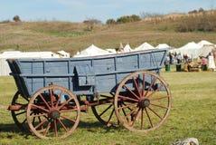 Ein blauer Graslandlastwagen an einer Wiederinkraftsetzung Stockbilder