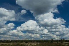 Ein blauer Himmel mit scharfen weißen Wolken Lizenzfreie Stockfotografie