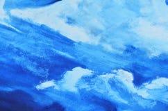 Ein blauer Himmel mit weißen Wolken wird mit Aquarellfarbe auf Segeltuch gemalt Lizenzfreies Stockbild