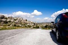 Ein blaues Auto in Naturreservat EL Torcal lizenzfreies stockbild