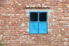Ein blaues Fenster auf a unter konstruiertem Gebäude Stockfotos