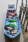 Ein blaues Fischerboot Stockbild