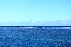 Ein blaues reizend Meer Lizenzfreies Stockfoto
