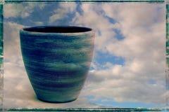 Ein blaues Tongefäß gegen einen Himmelhintergrund Stockfotografie