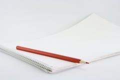Ein Bleistift auf einem Album Lizenzfreie Stockfotografie