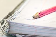 Ein Bleistift auf einem Notizbuch mit Spirale stockfoto